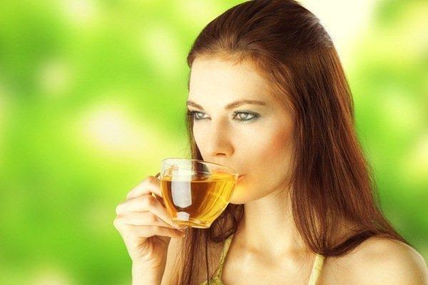Foto mujer bebiendo infusión