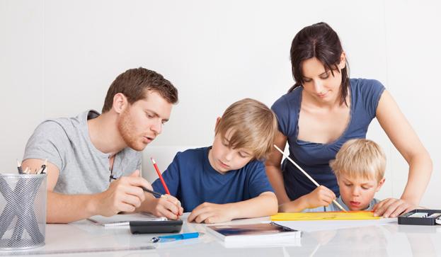 Familia unida haciendo los deberes