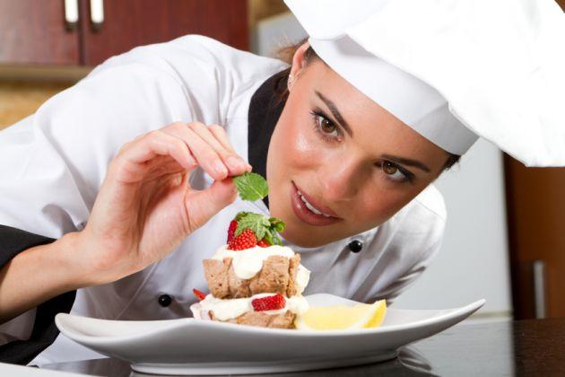 Mujer cocinera preparando un plato