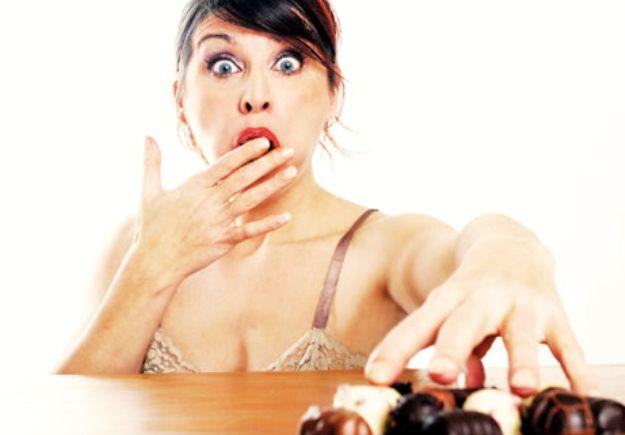 Mujer picoteando chocolate