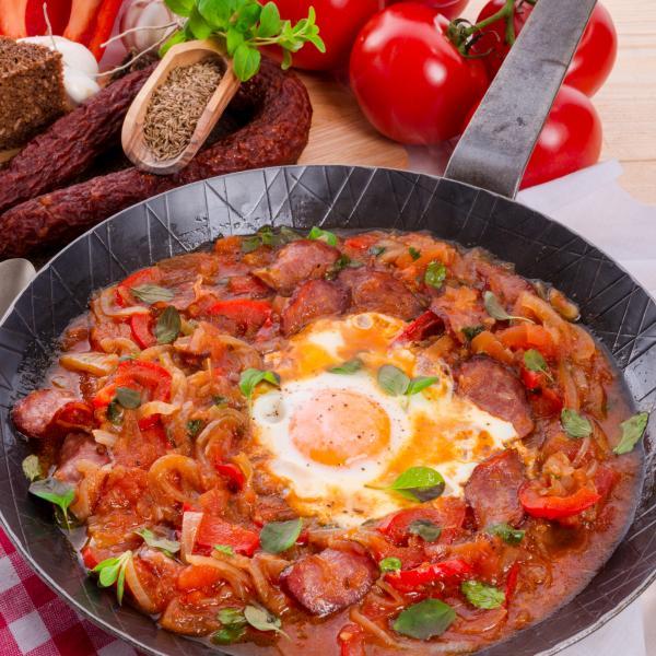 Sartén con pisto de verduras y huevo