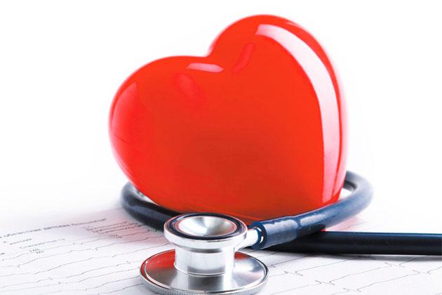 Corazón con esfingomanómetro para medir la tensión arterial