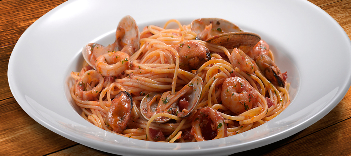 Espaguettis con gambas.mejillones y tomate