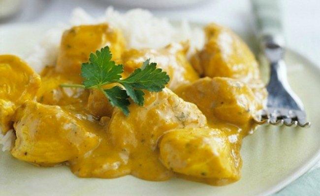 Plato blanco con alcachofas y pollo al curry