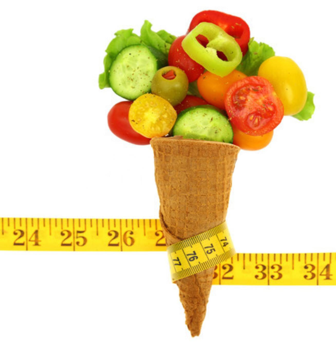 Cucurucho de helado lleno de verduras rodeado de cinta de medir