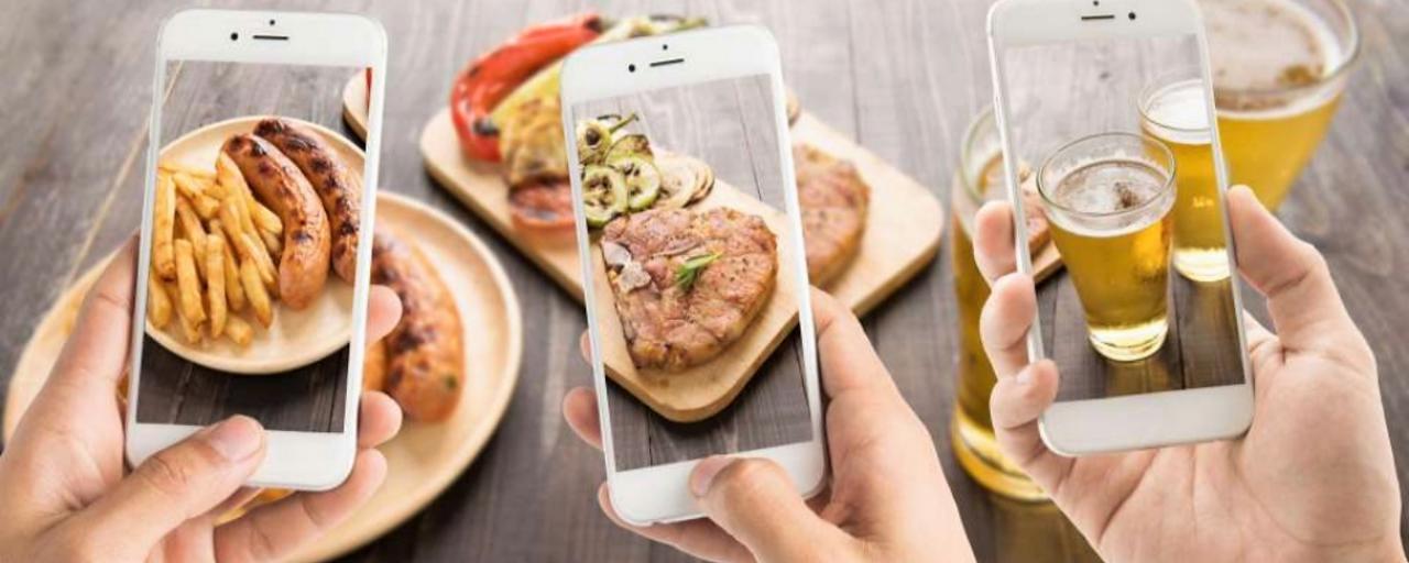 Tres alimentos encima de una mesa fotografiados con tres móviles