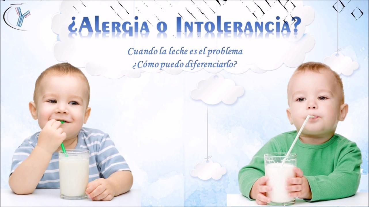 Niños bebeidno leche y letrero de si existe alergia o intolerancia