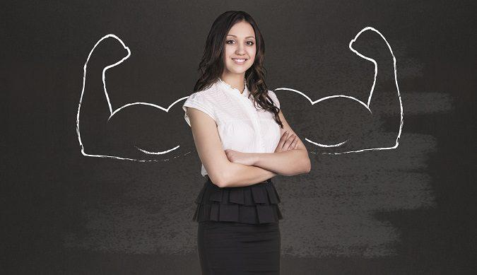 Mujer ejecutiva sobre fono negro con dibujo de brazos fuertes