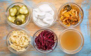 Alimentos probioticos en envases de cristal sobre una mesa de madera