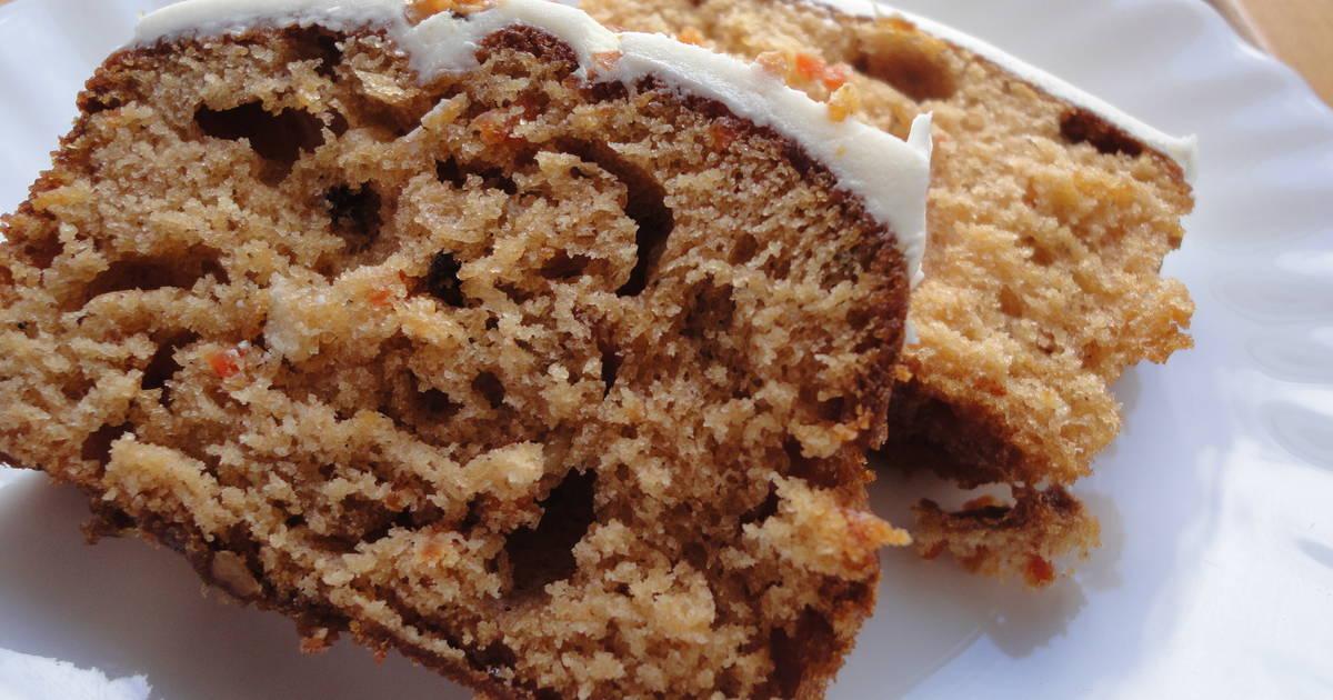 Plaot blanco con pastel de nueces y zanahorias
