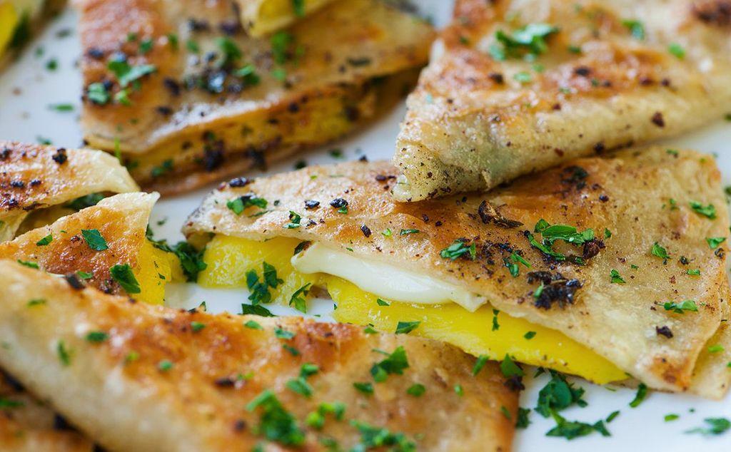 Quesadillas de queso brie y mango