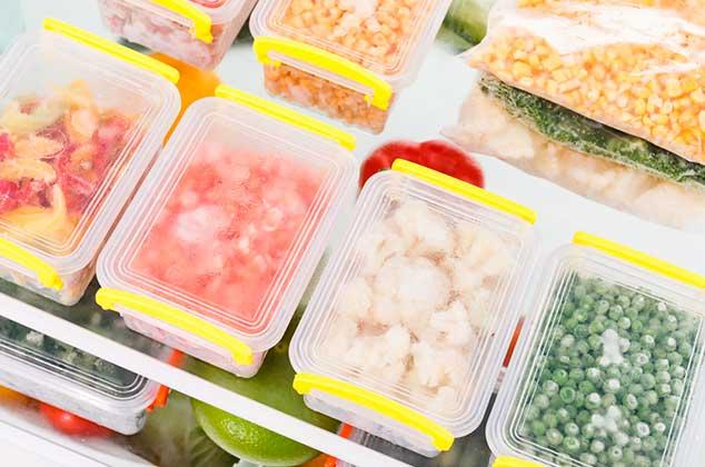 Tuppers congelados con diferentes alimentos