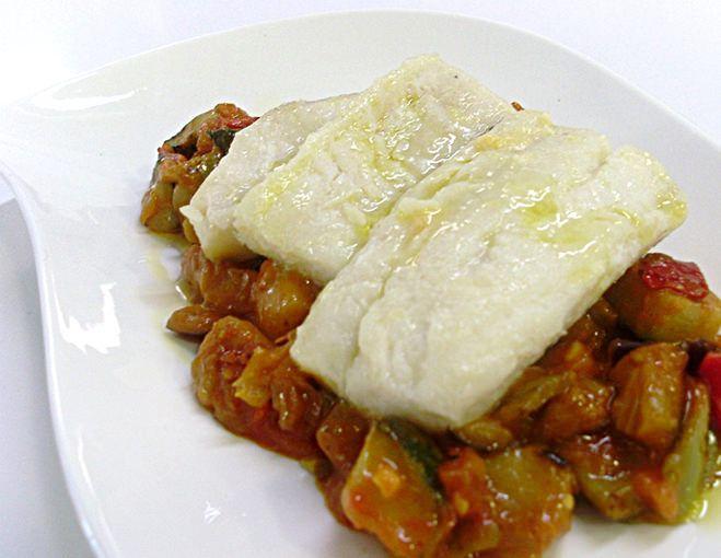 plato blanco con lomos de bacalao sobre pisto de verduras