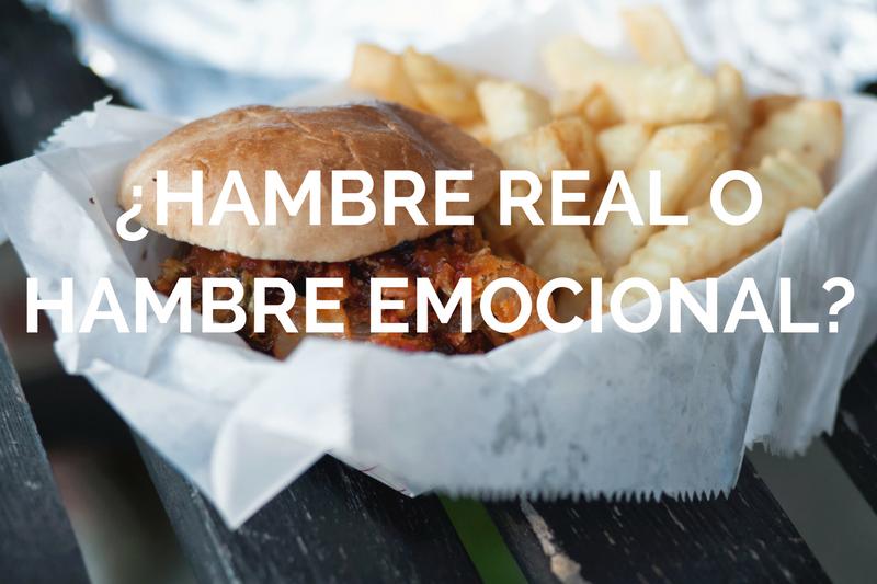 Foto de hamburguesa con pattas con letras blancas por encima donde se llee hambre real o emocional