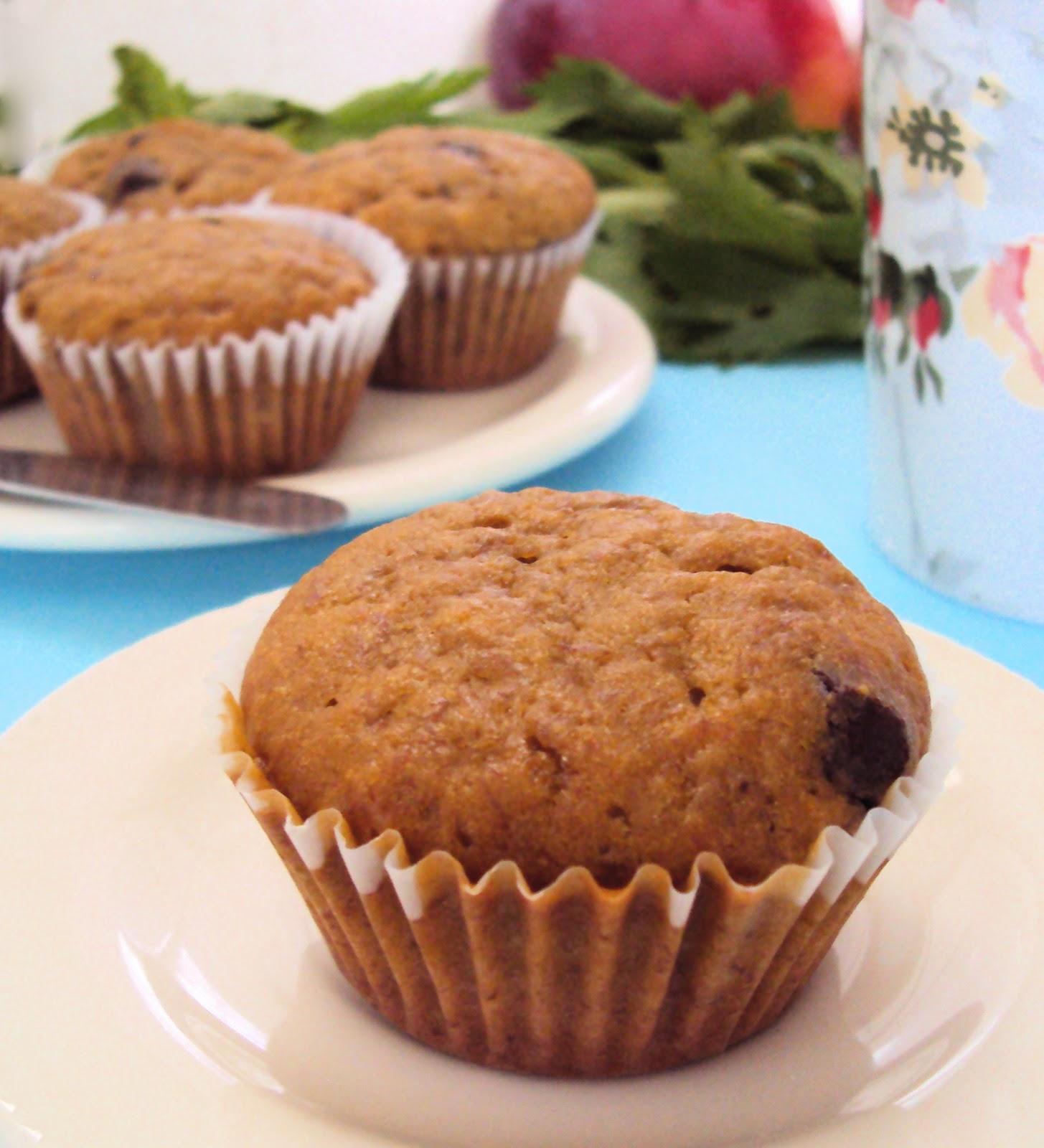 Muffin de plátano sobre plato blanco