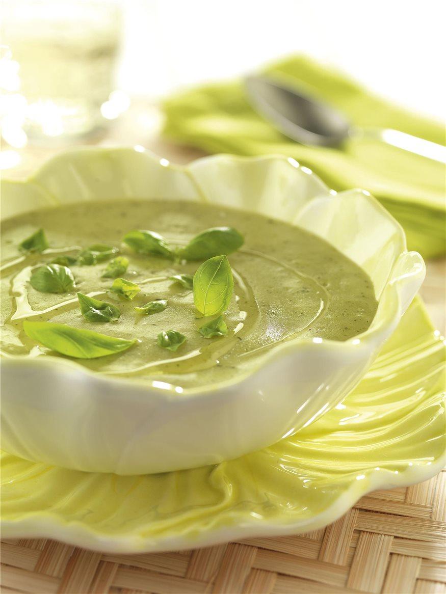 Plato blanco sobre plato verde con crema de albahaca,cebollino y perejil