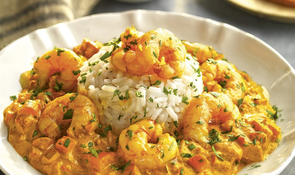 Plato con gambas al curry con arroz