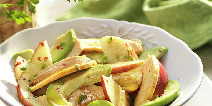 Plato blanco con ensalada de pollo, manzana y aguacate