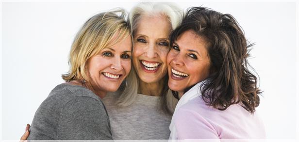 Mujeres de diferentes edades sonriendo