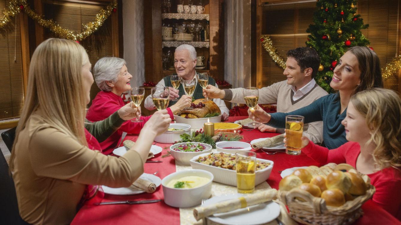 Familia alrededor de una mesa celebrando la navidad