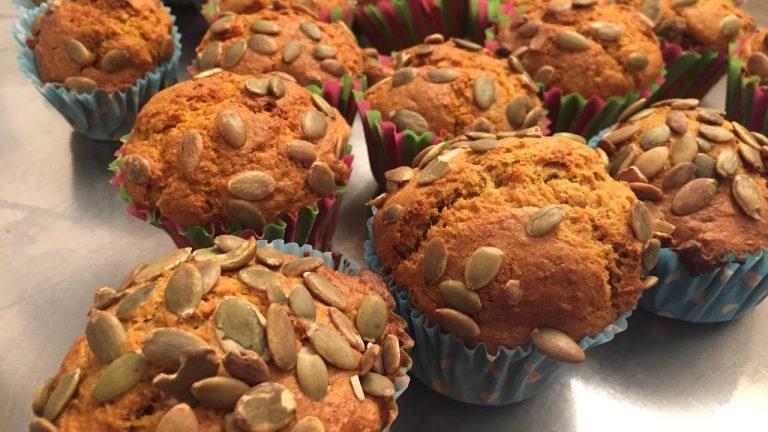 Muffins de calabaza con pipas de calabaza por encima