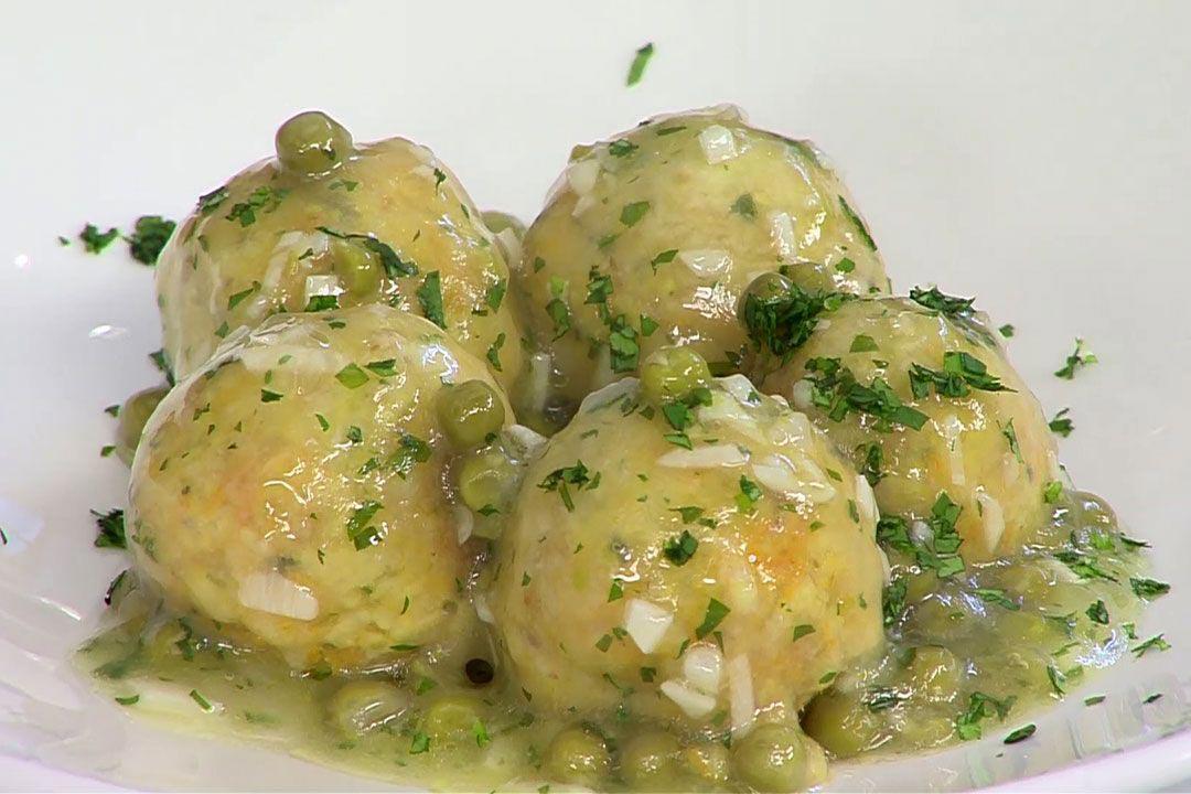 Plato blanco con albondigas de merluza con guisantes