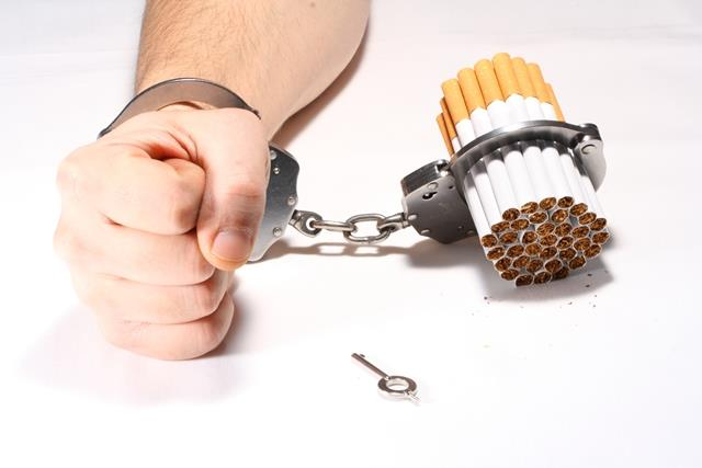 Mano esposada a un montón de tabaco