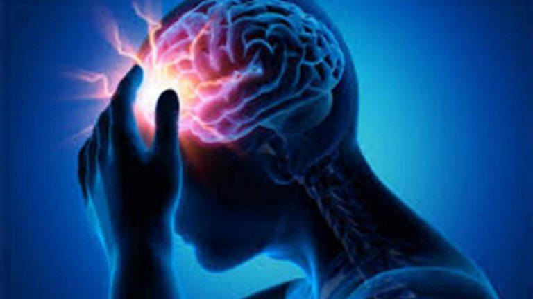 Imagen en tonos azules de persona con dolor de cabeza