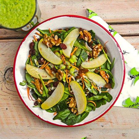 BOl de latón blanco con ensalada de espinacas, zanahoria y nueces