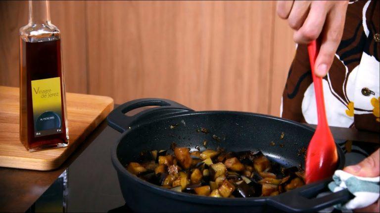 Mujer cocinando berenjenas al ajillo
