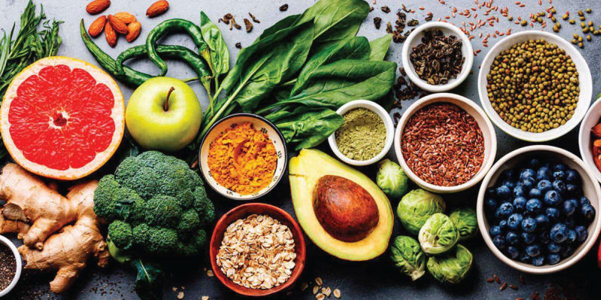 MEsa de madera y encima un montón de ingredientes saludables para tus comidas