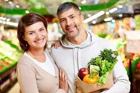 Hombre y mujer en el supermercado comprando frutas y verduras