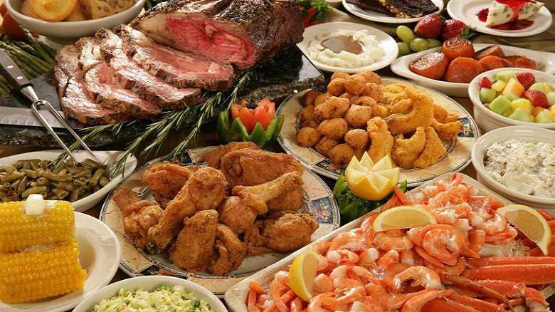 Mesa con comida tipo buffet para celebraciones