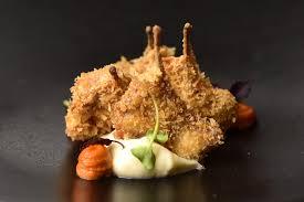 Chuletillas de conejo crujientyes acompañadas de puré de coliflor y germinados