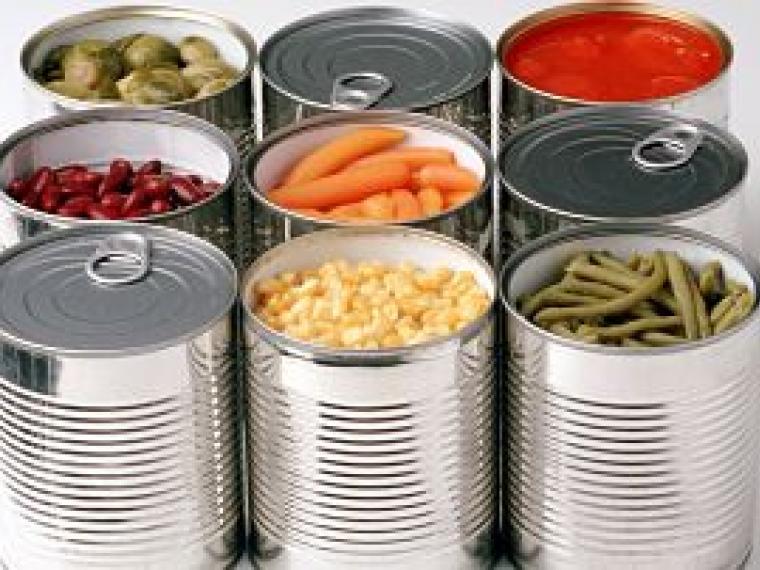 Latas metálicas con verduras en su interior