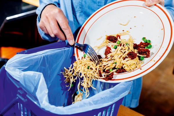 ALguien tirando restos de comida a la basura