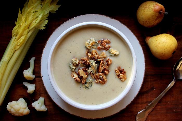 Plato blnaco con crema de coliflor y queso roquefort