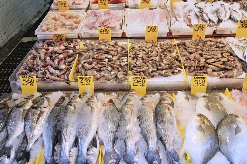 Pescado expuesto en pescaderia con precios