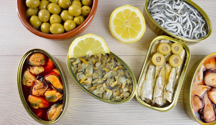 Latas de conservas saludables, aceitunas, boquerones, mejillones...