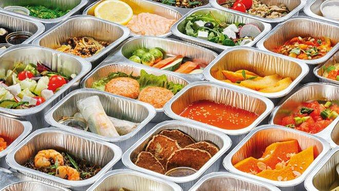Envases metálicos con platos preparados en su interior