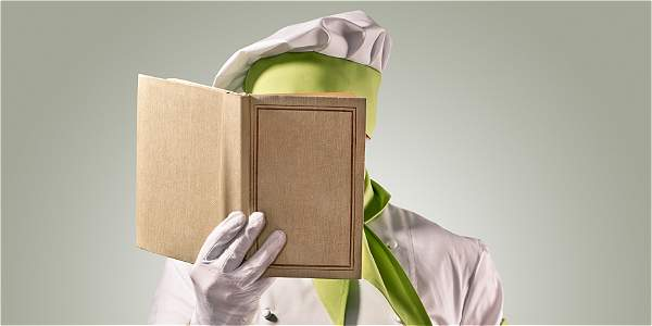 Chef consultando un libro de cocina