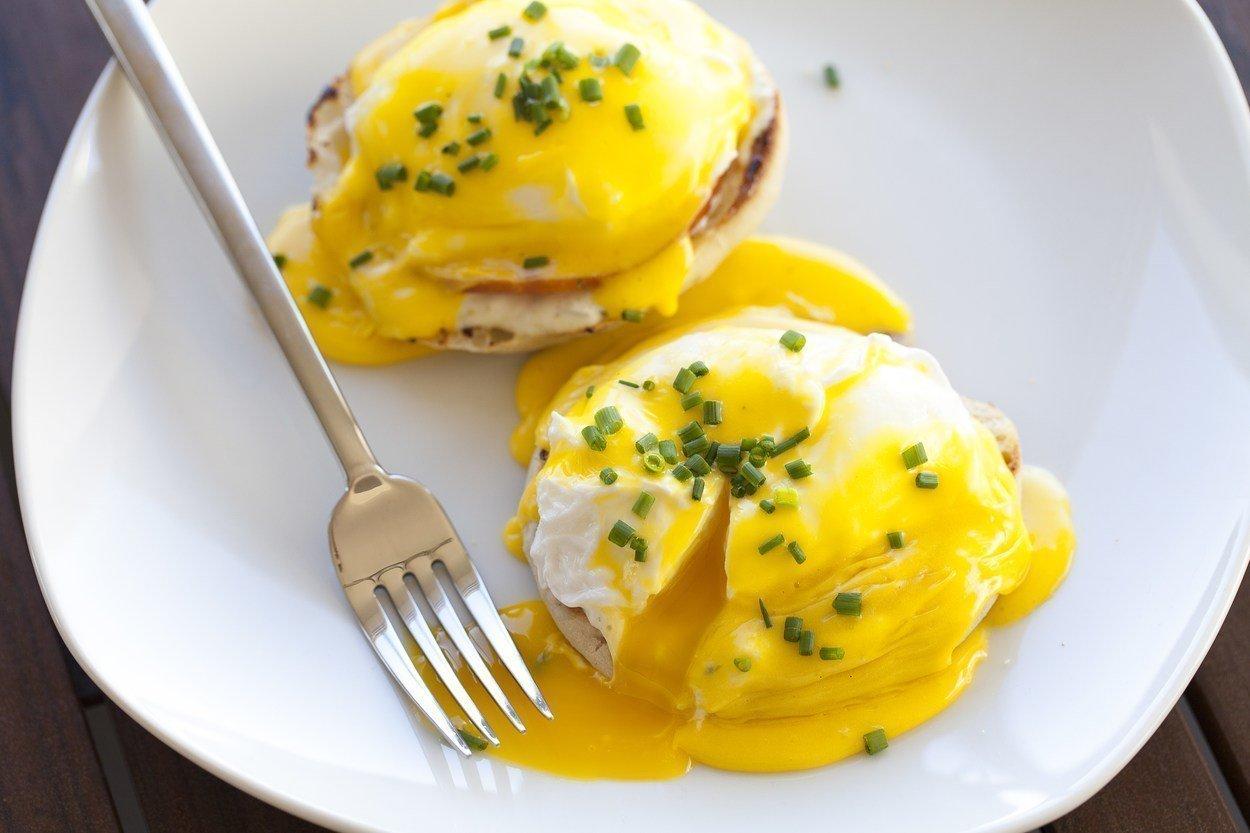 Plato blnaco con huevos benedictine