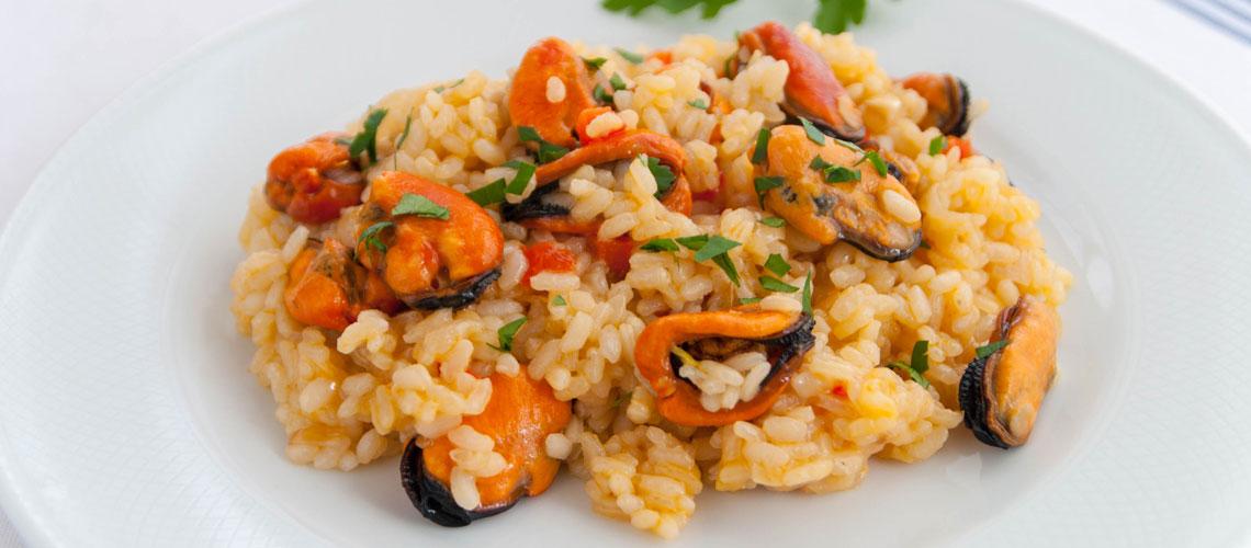 Plato blanco con arroz marinero con mejillones