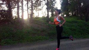 ;ujer corriendo por el bosque