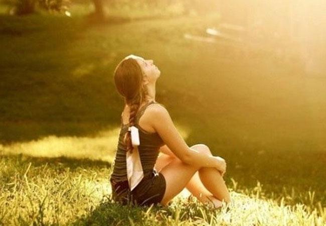 ;ujer tomando el Sol en un parque