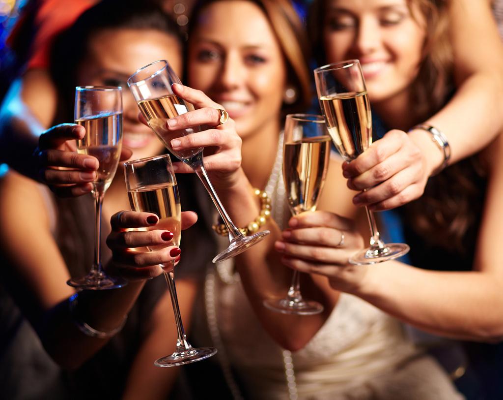 Mujeres en una fiesta brindando con champán