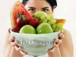 Mujer con fruta y texto que pone ortorexia