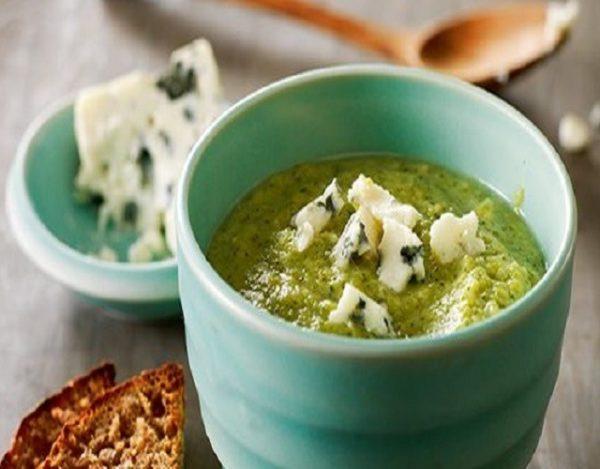 Cuenco azul con crema de brócoli y queso azul