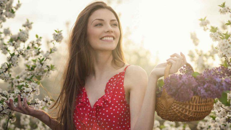 Mujer feliz en el campo en primavera