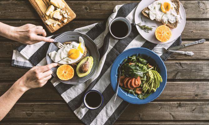 Mesa de madera y sobre ella platos con comida saludable